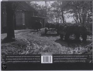 Achterkant fotoboek Boerenwerk, een echt onverhard boerenerf