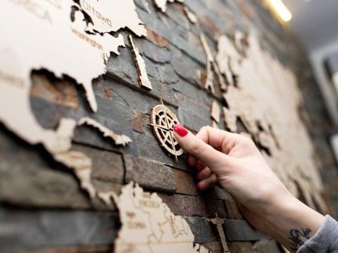 cadeau voor wereldreiziger - houten wereldkaart voor aan de muur
